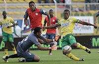 BOGOTÁ -COLOMBIA, 14-01-2015. Jose Moreno (Der) jugador del Atlético Bucaramanga trata de anotar gol frente a Oscar Ramos (Izq) arquero de Deportes Quindio durante partido por la fecha 1 de los cuadrangulares de ascenso Liga Águila 2015 jugado en el estadio Metropolitano de Techo de la ciudad de Bogotá./ Jose Moreno (L) player of Atletico Bucaramanga tries to score a goal against Oscar Ramos (R) goalkeeper of Deportes Quindio during the match for the first date of the promotion quadrangular of the Aguila League 2015 played  at Metropolitanos de Techo stadium in Bogota city. Photo: VizzorImage/ Gabriel Aponte / Staff