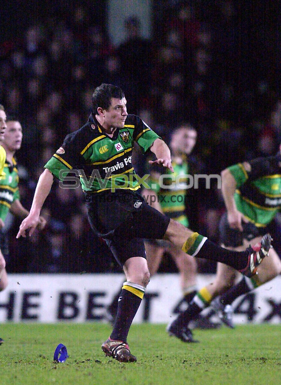 Pix: Matthew Lewis/SWpix.com. Rugby Union. Powergen Cup Quarter Final. Saracens v Northampton. 19/01/2002...COPYWRIGHT PICTURE>>SIMON WILKINSON>>01943 436649>>..Northampton's Paul Grayson kicks a penalty against Saracens..