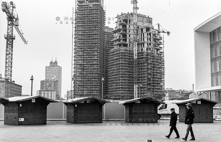 "Milano, progetto di riqualificazione dell'area di Porta Nuova. Casette in legno per attività commerciali in piazza Gae Aulenti (il ""Podio"") e i cantieri delle Varesine --- Milan, requalification project of ""Porta Nuova"" area. Small wooden houses for commercial activities in Gae Aulenti square (the ""Podio"") and the ""Varesine"" construction yard."