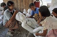 Asie/Birmanie/Myanmar/Haute Birmanie/Mandalay: Atelier sculpteurs de pierre - Femme polissant une statue de Bouddhas