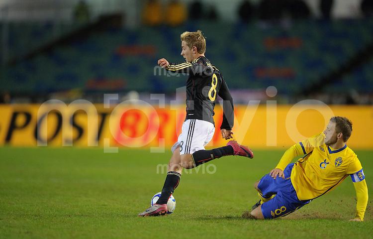 Fussball international Freundschaftsspiel Schweden - Deutschland V.l.: Lewis HOLTBY (GER) gegen Anders SVENSSON (SWE).