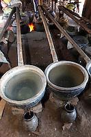 Myanmar, (Burma), Shan State, Inle Lake: Distilling rice wine | Myanmar (Birma), Shan Staat, Inle See: Reiswein-Herstellung