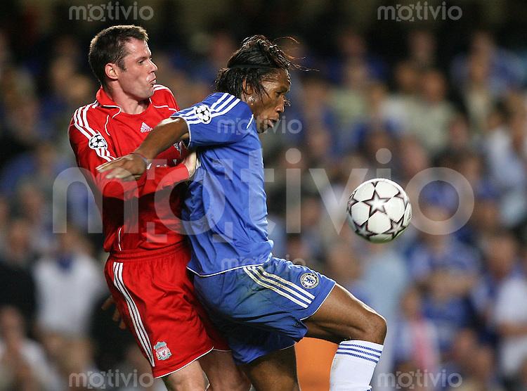 Fussball CHL Halbfinal - Hinspiel  FC Chelsea 1-0 FC Liverpool Jamie Carragher (FC L,li) gegen Didier Drogba (FC C)