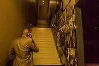 Washington- National Museum of African American History and Culture<br /> un visitatore di colore al telefono