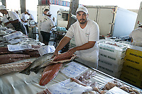 SAO PAULO, SP, 27 DE MARÇO DE 2013. OITAVA SANTA FEIRA DO PEIXE NA CEAGESP. Vendedor mostra salmão a venda na oitava santa feira do peixe que acontece no Patio do Pescado da  Ceagesp.  Esta feira acontece antes das festividades da semana santa e os clientes podem comprar vários tipos de peixes com preço de atacado. A feira acontece ate o dia 28 de março a partir das 14 horas. FOTO ADRIANA SPACA/BRAZIL PHOTO PRESS