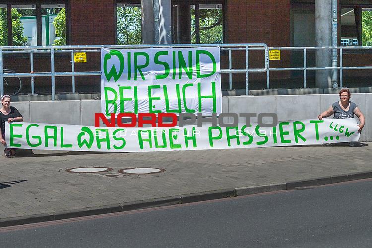 26.06.2020, Trainingsgelaende am wohninvest WESERSTADION,, Bremen, GER, 1.FBL, Werder Bremen Training, im Bild<br /> Unterstützung des SV Werder Bremen im Abstiegskampf.<br /> <br />  Katja Warncke 8re)  und Katrin Steffens mit dem Plakat WIR SIND BEI EUCH - EGAL WAS AUCH PASSIERT<br /> <br /> vor dem wohninvest Weserstadion<br /> <br /> Foto © nordphoto / Kokenge