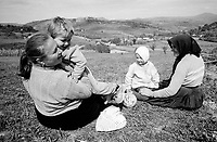 ROMANIA / Maramures / Valeni / September 2003..Villagers take a break during the autumn bean harvest against a backdrop of idyllic rolling hills...© Davin Ellicson / Anzenberger..