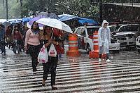 SAO PAULO, SP, 14 DE JANEIRO DE 2013. - CLIMA TEMPO SP - Pancada de chuva atinge a capital, regiao da Se, centro, no inicio da tarde desta segunda feira, 14.  (FOTO: ALEXANDRE MOREIRA / BRAZIL PHOTO PRESS).