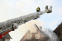 Gross-Gerau 13.02.2016: Grossbrand in der Wallerstädter Hintergasse<br /> Feuerwehren aus Groß-Gerau löschen gemeinsam ein Einfamilienhaus<br /> Foto: Vollformat/Marc Schüler, Schäfergasse 5, 65428 Rüsselsheim, Fon 0151/11654988, Bankverbindung Kreissparkasse Gross Gerau BLZ. 50852553 , KTO. 16003352. Alle Honorare zzgl. 7% MwSt.
