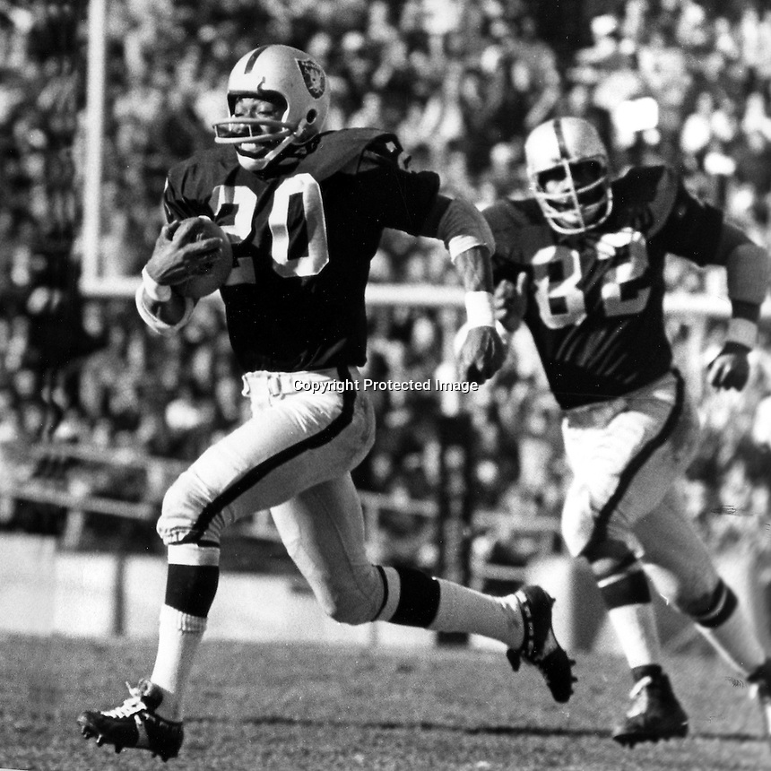 Oakland Raider Cornerback Jimmy Warren streaks for the endzone for Touchdown after interception.<br />