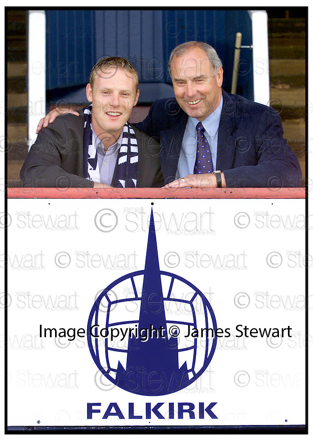 9th August 99                     Copyright Pic : James Stewart .Ref :  990340                       .File Name : stewart03-john henry                        .FALKIRK MANAGER ALEX TOTTEN WELCOMES JOHN HENRY TO BROCKVILLE......Payments to :-.James Stewart Photo Agency, Stewart House, Stewart Road, Falkirk. FK2 7AS      Vat Reg No. 607 6932 25.Office : 01324 630007        Mobile : 0421 416997.E-mail : JSpics@aol.com.If you require further information then contact Jim Stewart on any of the numbers above.........
