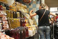 ATENÇÃO EDITOR FOTO EMBARGADA PARA VEÍCULOS INTERNACIONAIS. SÃO PAULO, 18 DE DEZEMBRO 2012 - MOVIMENTACAO MERCADO MUNICIPAL SP - Movimentacao do mercado municipal de Sao Paulo na regiao central da cidade a uma semana do natal nessa segunda feira, 18. (FOTO LEVY RIBEIRO - BRAZIL PHOTO PRESS)..