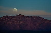 Full moon seen over the hills of the Ruta de la Sierra and near Mazocahui in the Sierra Madre Occidental, right in the center of the Mexican state of Sonora. Mazocahui comes from the Opata ideology: Mazotcagui: &quot;Sierra del venado&quot;<br /> (photo: Luisgutierrez / Nortephoto)...<br /> Luna llena vista sobre los cerros de la Ruta de la Sierra e inmediaciones de Mazocahui  en la Sierra Madre Occidental, justo en el centro del estado mexicano de Sonora. Mazocahui proviene dle ideoma &oacute;pata: Mazotcagui: &quot;Sierra del venado&quot;<br /> (photo: Luis Gutierrez/Nortephoto)