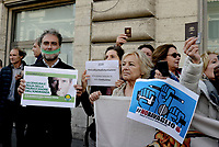 """Roma, 13 Novembre 2018<br /> Giuliana Sgrena.<br /> Giornalisti mostrano il tesserino professionale e espongono cartelli con scritto """"qui abita uno sciacallo"""" durante un flash mob per denunciare gli attacchi politici contro la stampa, la libertà di informazione e i giornalisti da parte di esponenti del Governo ."""