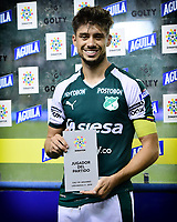 PALMIRA - COLOMBIA, 20-07-2019: Matias Cabrera recibe el premio al mejor  jugador después del partido entre Deportivo Cali y Jaguares de Córdoba por la fecha 2 de la Liga Águila II 2019 jugado en el estadio Deportivo Cali de la ciudad de Palmira. / Matias Cabrera of Cali receives the award to the best player after the match for the date 2 between Deportivo Cali and Jaguares de Cordoba of the Aguila League II 2019 played at Deportivo Cali stadium in Palmira city. Photo: VizzorImage / Nelson Rios / Cont