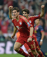 FUSSBALL  CHAMPIONS LEAGUE  HALBFINALE  HINSPIEL  2012/2013      FC Bayern Muenchen - FC Barcelona      23.04.2013 Torjubel: Mario Gomez (vorn) und Javier Javi Martinez (hinten, beide FC Bayern Muenchen)