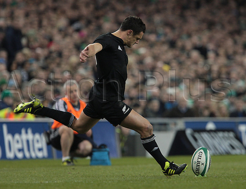 20.11.2010 International Rugby Union from Lansdowne Road Dublin. Ireland v New Zealand. Dan Carter (New Zealand) converts another penalty to increase the New Zealand score.