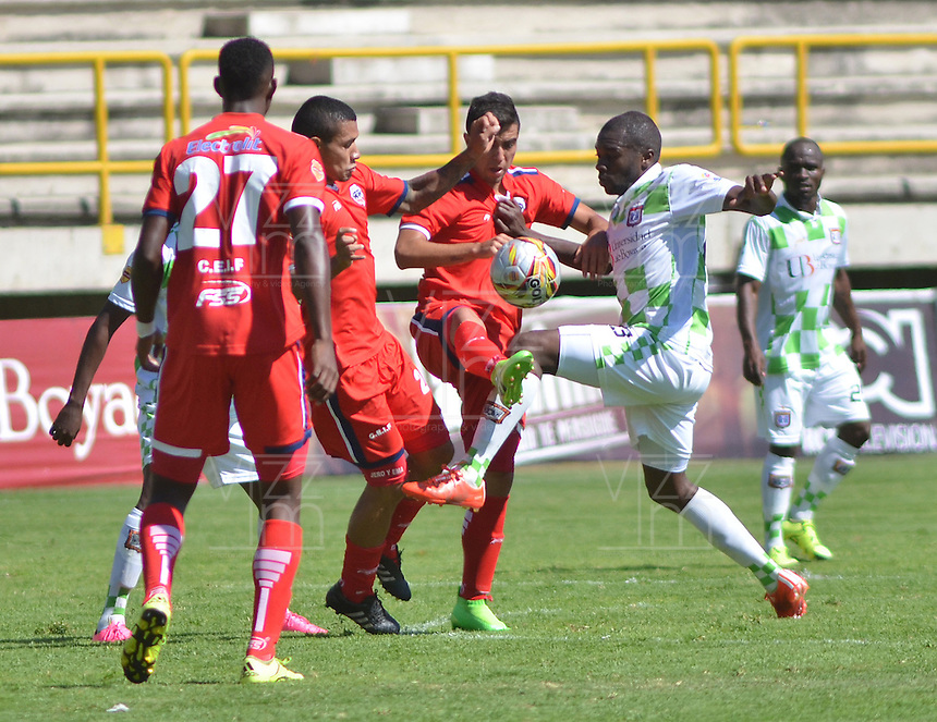 TUNJA - COLOMBIA -27 -02-2016: Deiner Cordoba (Der.) jugador de Boyaca Chico FC disputa el balón con Yorman Rueda (Izq.) jugador de Fortaleza FC, durante partido Boyaca Chico FC y Fortaleza FC, de la fecha 7 de la Liga Aguila I-2016, jugado en el estadio La Independencia de la ciudad de Tunja. / Deiner Cordoba (R) player of Boyaca Chico FC vies for the ball with Yorman Rueda (L) jugador of Fortaleza FC, during a match Boyaca Chico FC and Fortaleza FC, for the date 7 of the Liga Aguila I-2016 at the La Independencia  stadium in Tunja city, Photo: VizzorImage  / Cesar Melgarejo / Cont.