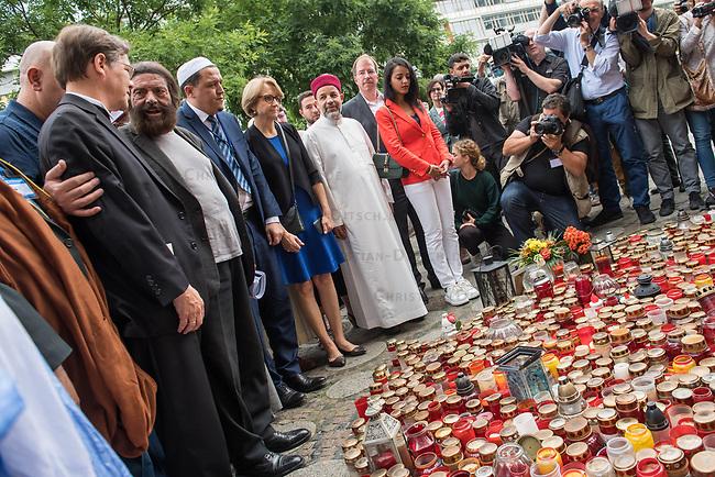 Der &quot;Marsch der Muslime gegen Terrorismus&quot; am Sonntag den 9. Juli 2017 in Berlin.<br /> Etwa sechzig Imame aus Frankreich und anderen europaeischen Laendern, darunter auch sechs Imame aus Berlin werden ab dem 9. Juli 2017 in europaeische Staedte fahren, wo es in den letzten Jahren besonders schwere islamistisch motivierte Terroranschlaege gegeben hat.In Berlin versammelten sie sich zusammen mit Mitgliedern der christlichen und juedischen Gemeinde an der Kaiser-Wilhelm-Gedaechtnis-Kirche in Berlin-Charlottenburg wo im Dezember 2016 einen Anschlag auf den Weihnachtsmarkt gegeben hatte.<br /> Der franzoesische Imam Hassen Chalghoumi aus dem Pariser Vorort Drancy engagiert sich seit vielen Jahren fuer ein friedliches Miteinander der Religionen, insbesondere im Verhaeltnis der Muslime zum Judentum. Zusammen mit seinem Freund, dem juedischen Schriftsteller Marek Halter, der seit Jahrzehnten in gleicher Weise engagiert ist hat er den &quot;Marche des musulmans contre le terrorisme&quot; initiert. Sie wollen nach Bruessel, Paris, St.-Etienne-du-Rouvray, Toulouse und Nizza und dort oeffentlich fuer die Opfer beten und gegen einen Missbrauch des Islam durch Terroristen und menschenfeindliche Gruppen eintreten.<br /> Die Evangelische Kirche Berlin-Brandenburg-schlesische Oberlausitz unterstuetzt das Anliegen der &quot;Marche des musulmans contre le terrorisme&quot;. Der Landesbischof Dr. Markus Droege hat an dem Gebet der Muslime auf dem Breitscheidplatz als Gast teilgenommen und einen Segen fuer die Teilnehmer ausgesprochen.<br /> Im Bild: Vlnr. Landesbischof Droege, Marek Halter und Imam Chalghoumi.<br /> 9.7.2017, Berlin<br /> Copyright: Christian-Ditsch.de<br /> [Inhaltsveraendernde Manipulation des Fotos nur nach ausdruecklicher Genehmigung des Fotografen. Vereinbarungen ueber Abtretung von Persoenlichkeitsrechten/Model Release der abgebildeten Person/Personen liegen nicht vor. NO MODEL RELEASE! Nur fuer Redaktionelle Zwecke. Don't publish without copyright Chri