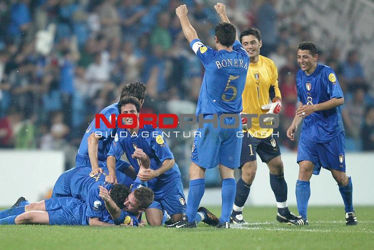 U21 - EM 2004 - Finale<br /> <br /> Serbien und Montenegro vs. Italien<br /> <br /> Riesenjubel bei den Spielern von Italien nach dem Tor zum 3:0 durch Alberto Gilardino.<br /> <br /> Foto &copy; nordphoto - Ruediger Lampe<br /> <br /> <br /> <br /> <br /> <br /> <br /> <br />  *** Local Caption *** Foto ist honorarpflichtig! zzgl. gesetzl. MwSt.<br /> <br />  Belegexemplar erforderlich<br /> <br /> Adresse: nordphoto<br /> <br /> Georg-Reinke-Strasse 1<br /> <br /> 49377 Vechta