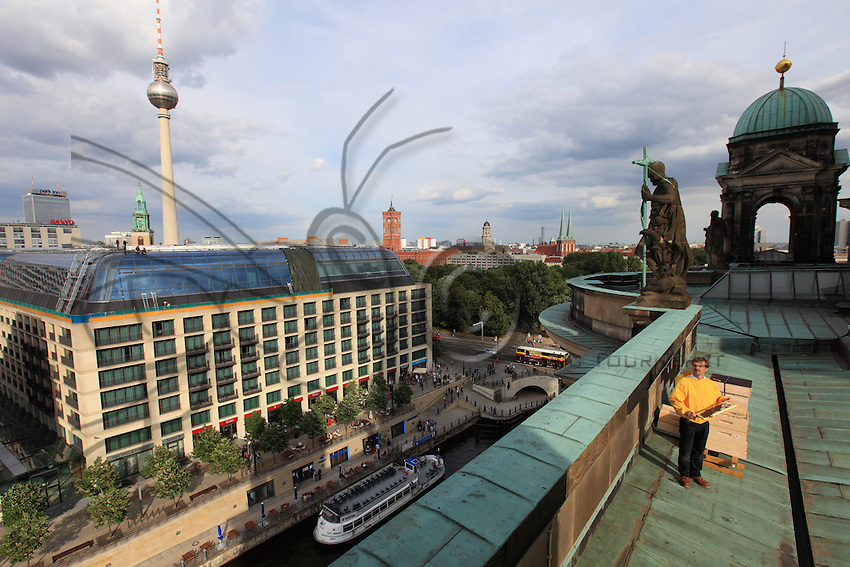 Frank Hinrichs, 43 ans avec un cadre d'abeilles à pleine main sur le toit du Dome de Berlin. Après un parcours sans-faute comme conseiller financier et immobilier pour un grand groupe hotellier, Frank achète un immeuble et le transforme en auberge de jeunesse. Apiculteur amateur, il aime sentir la vie palpiter quand il ouvre une ruche et cela tombe bien. Son hôtel est à 300 mètres du dôme de Berlin et il peut visiter ses abeilles presque tous les jours en période d'essaimage.// Frank Hinrichs, 43 years old, firmly grasping a frame on the roof of the Berlin Cathedral. After a faultless career as a financial and real estate advisor for a big hotel group, Frank bought a building and turned into a youth hostel. Amateur beekeeper, he loves to feel the palpitating life when he opens a hive. His hotel is 300 meters from the Berlin Cathedral and he can visit his bees practically every day during the swarming period.