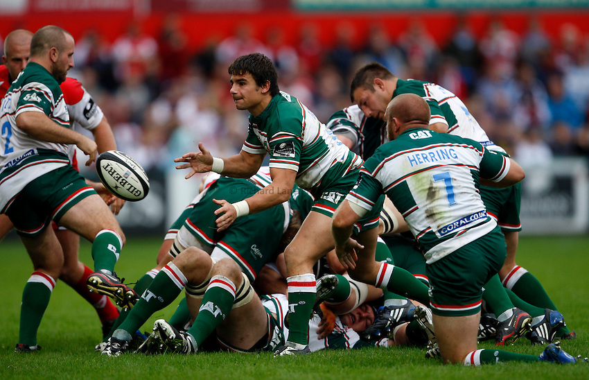 Photo: Richard Lane/Richard Lane Photography. Gloucester Rugby v Leicester Tigers. Guinness Premiership. 07/09/2008. Tigers' Harry Ellis passes.
