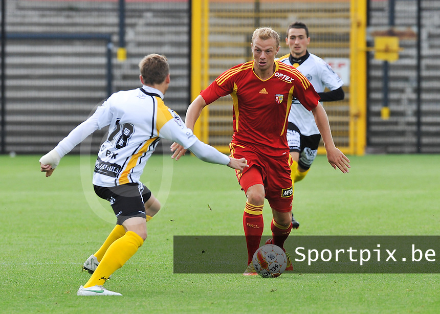 Racing Club De Lens - RC Lens : David Pollet aan de bal voor Laurens De Bock van Lokeren.foto DAVID CATRY / VDB