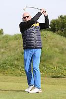 B&uuml;ttelborn 30.04.2016: 7. Charity Golf Turnier f&uuml;r die Dt. Krebshilfe, Golfpark Bachgrund<br /> Klaus Denk aus Frankfurt am Abschlag<br /> Foto: Vollformat/Marc Sch&uuml;ler, Sch&auml;fergasse 5, 65428 R'eim, Fon 0151/11654988, Bankverbindung KSKGG BLZ. 50852553 , KTO. 16003352. Alle Honorare zzgl. 7% MwSt.