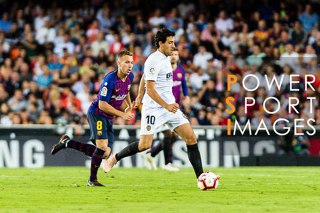 Daniel Parejo Munoz of Valencia CF (R) in action during their La Liga 2018-19 match between Valencia CF and FC Barcelona at Estadio de Mestalla on October 07 2018 in Valencia, Spain. Photo by Maria Jose Segovia Carmona / Power Sport Images