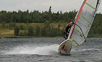 Surfen im Schladitzer See. Erst zum zweiten Mal in dieser Surfsaison erreichte der Wind im Tagesdurchschnitt 5 Beaufort, was einer Geschwindigkeit von 29 bis 38 km/h entspricht. Je mehr der Wind blaest, desto kleiner kann das Brett und das dazugehoerige Segel gewaehlt werden. Dann machen Tricks am meisten Spass.  im Bild: Dieser Surfer setzt zur Halse an, einer Wende bei der Surfer seine Geschwindkeit nutzt, um das Segel zu shiften.   Foto: Alexander Bley.