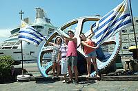Pablo Vignali/ URUGUAY/ MONTEVIDEO/ Turistas de un crucero se toman fotograf&iacute;as en el puerto de Montevideo. Se espera la llegada de 110 cruceros a Montevideo dejando 50 millones de d&oacute;lares anuales sumando otros 60 del puerto de Punta del Este.<br /> En la foto: Turistas en el puerto de Montevideo. Foto: Pablo Vignali / adhocFotos<br /> 20160121; d&iacute;a jueves<br /> adhocFOTOS
