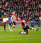 Nederland, Eindhoven, 25 november  2012.Eredivisie.Seizoen 2012-2013.PSV-Vitesse.Wilfred Bouma (r.) van PSV probeert de inzet van Wilfried Bony (l.) van Vitesse te keren.