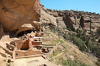 Long House, 13th century, a Native American Puebloan settlement of 150 rooms, kiva, tower, and central plaza, housing 150 people, on the Wetherill Mesa, in Mesa Verde National Park, Montezuma County, Colorado, USA. Long House was built c. 1200 and occupied for 80 years, and is made from sandstone blocks, mortar and wooden beams. Mesa Verde is the largest archaeological site in America, with Native Americans inhabiting the area from 7500 BC to 13th century AD. It is listed as a UNESCO World Heritage Site. Picture by Manuel Cohen