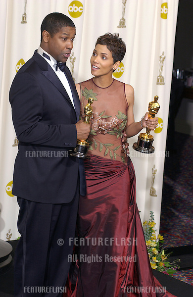 Actress HALLE BERRY & actor DENZEL WASHINGTON at the 74th Annual Academy Awards in Hollywood..24MARR2002.  © Paul Smith / Featureflash