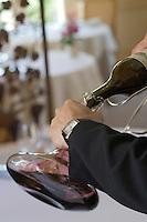 Europe/France/Aquitaine/Gironde/Saint-Emilion: Service du Vin Saint-Emilion château Pavie restaurant de l Hostellerie de Plaisance-Passage du vin en carafe