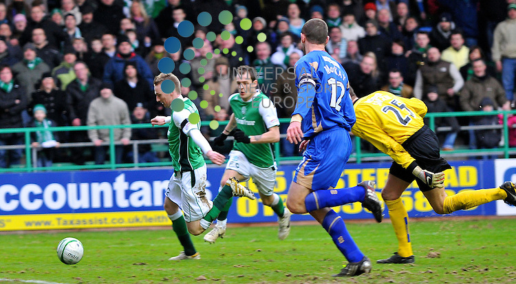 Derek Riordan passes Smithbut fails to put the ball inthe back of the net..Hibs v StJohnston.Scottish Premier League. 2009/10 season.  Pictures taken by Bob Mather/Universal.All pictures must be credited to www.universalnewsandsport.com (Office) 0844 884 51 22