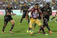 IBAGUE -COLOMBIA, 7-07-2013. Oscar Rodas  (Centro) del Deportes Tolima  disputa el balón con Erwin Maturana  (Der) y Nelson Barahona (Izqu) del Itagüi durante partido de los cuadrangulares finales, fecha 6, de la Liga Postobón 2013-1 jugado en el estadio Manuel Murillo Toro de la ciudad de Ibagué./ Oscar Rodas (center) Tolima fights for the ball with Erwin Maturana (Right) and Nelson Barahona (Left) of the match Itagui during the final runs, date 6 of the 2013-F1 Postobón League played at the stadium Manuel Murillo in Ibague.<br /> . Photo: VizzorImage/ Felipe Caicedo/ STAFF