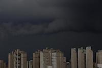 SÃO PAULO, SP, 22/02/2013, NUVENS CARREGADAS. Quase toda capital paulista está em estado de atenção decretado pelo CGE, com excessão da zona Sul. Nuvens carregadas estão sobre zona Leste e a chuva tem potencial para alagamento. FOTO: LUIZ GUARNIERI / BRAZIL PHOTO PRESS