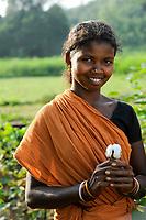 INDIA Odisha, village Kodesu, fairtrade cotton farmers of Agrocel near Rayagada / INDIEN Orissa Raygada, fairtrade Baumwollbauern von Agrocel, Dorf Kodesu, Farmerin Meneka Bidiki 23 Jahre