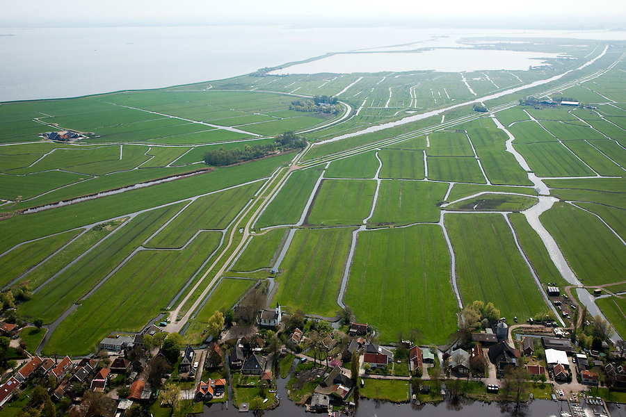 Nederland, Noord-Holland, Gemeente Amsterdam, 28-04-2010; .restanten van het Goudriaankanaal, gezien vanaf het dorpje Holysloot, links aan de horizon  het Kinselmeer. Graven van het kanaal ontworpen door Goudriaan begon in 1826 en had als doel de Amsterdamse haven een nieuwe verbinding met de Zuiderzee te geven (en zo de dichtslibbende geul bij Pampus te omzeilen). Ten gevolge van economische en politieke verwikkelingen werd de aanleg reeds in 1828 gestaakt..Remnants of Goudriaan canal, seen from the village Holysloot, middle left Kinselmeer. Digging of the canal began in 1826 and aimed at giving the port of Amsterdam a new connection to the Zuiderzee (and so avoiding the congested channel of Pampus). Due to economic and political complications, the construction has ceased in 1828..luchtfoto (toeslag), aerial photo (additional fee required).foto/photo Siebe Swart.Nederland, Flevoland, Almere, 28-04-2010.