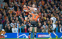 Picture by Allan McKenzie/SWpix.com - 07/10/2017 - Rugby League - Betfred Super League Grand Final - Castleford Tigers v Leeds Rhinos - Old Trafford, Manchester, England - Leeds's Tom Briscoe wins the jum pball from Castleford's Jy Hitchcox to go on and score a try.