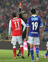 BOGOTA -COLOMBIA-06-04-2013: Wilder Medina jugador del Independiente Santa Fe es expulsado por el árbitro central Juan Pontón por agresión a un contrario  contra Millonarios durante partido en el estadio El Campín de la ciudad de Bogotá, abril 06 de 2013. Independiente Santa Fe perdió tres goles a uno con Millonarios en partido por la novena fecha de la Liga Postobon I. (Foto: VizzorImage / Felipe Caicedo / Staff). Wilder Medina Independiente Santa Fe player is sent off by referee John Pontoon for assaulting an opponent during match against Millonarios El Campin stadium in Bogota, April 6, 2013. Independiente Santa Fe lost three goals to one with Millionaires in the ninth round match of the Liga Postobon I. (Photo: VizzorImage / Felipe Caicedo / Staff)..Caicedo / Staff
