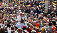 Papa Francesco saluta i fedeli al suo arrivo all'udienza generale in Piazza San Pietro, Citta' del Vaticano, 17 aprile 2013..Pope Francis waves to faithful as he arrives for his weekly general audience in St. Peter's square at the Vatican, 17 April 2013..UPDATE IMAGES PRESS/Isabella Bonotto..STRICTLY ONLY FOR EDITORIAL USE
