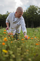 Europe/Belgique/Flandre/Flandre Occidentale/Bruges: Achim Vandenbussche , chef du restaurant :  Den Dyver choisit ses légumes et herbes aromatiques chez Loca Labora - Agriculture biologique