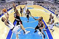 LWS27. DALLAS (TX, EE.UU.), 25/04/2011.- El jugador de Trail Blazers LeMarcus Aldridge (2-i) trata de bloquear un lanzamiento de Dirk Nowitzki (i), de Mavericks, hoy, lunes 25 de abril de 2011, durante la segunda mitad del partido por los cuartos de final de la Conferencia Oeste de la NBA en el American Airlines Center de Dallas, Texas (EE.UU.). El ganador de la serie de siete juegos se enfrentará al ganador de la llave entre Lakers de Los Ángeles y Hornets de Nueva Orleans. EFE/Larry W. Smith/PROHIBIDO SU USO EN CORBIS.