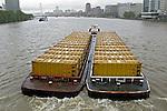 Transporte de carga no Rio Tamisa. Londres. Inglaterra. 2008. Foto de Juca Martins.