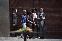 Berlin, Die Frau US-Praesidenten Barack Obama, Michelle (2.v.r.), Tochter Sasha (2.v.l.), Obamas Schwester Auma (m.), Joachim Sauer, Ehepartner von Bundeskanzlerin Angela Merkel (l.) und Axel Klausmeier, Direktor der Stiftung Berliner Mauer, am Mittwoch (19.06.13) an der Gedenkstaette Berliner Mauer in Berlin. Foto: Maja Hitij/Commonlens