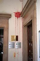 Roma 6 Settembre 2011.Manifestazione del sindacato  Usb con i comitati di base contro la manovra del governo Berlusconi.Una sede dell'ABI in via Botteghe Oscure colpita dai manifestanti con uova e vernice.