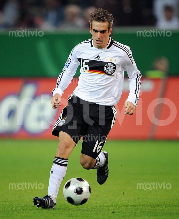 FUSSBALL   INTERNATIONAL   WM-QUALIFIKATION 2010 Deutschland - Russland                               11.10.2008 Philipp LAHM (Deutschland) Einzelaktion am Ball
