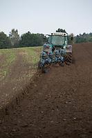 Trecker, Trekker, Traktor pflügt Acker, Pflügen, Pflug, Bauer, Landwirt, tractor, farming, plough, plow, plowing, ploughing. Hamfelder Hof, Schleswig-Holstein